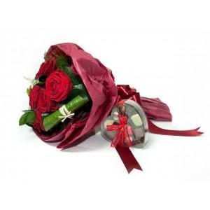 Букет от 5 червени рози в опаковка със зеленина и шоколади