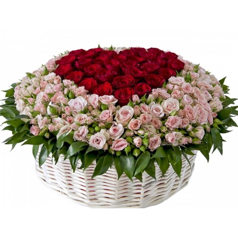 Кошница от 151 червени и спрей розови рози във форма на сърце