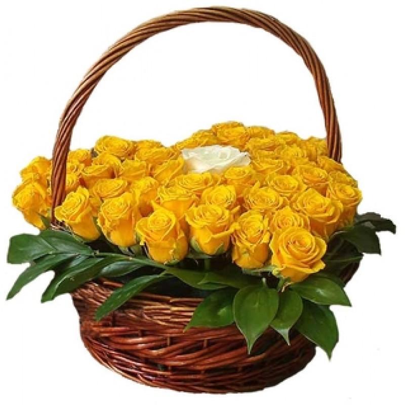 Кошница от 34 жълти и една бяла роза във форма на сърце