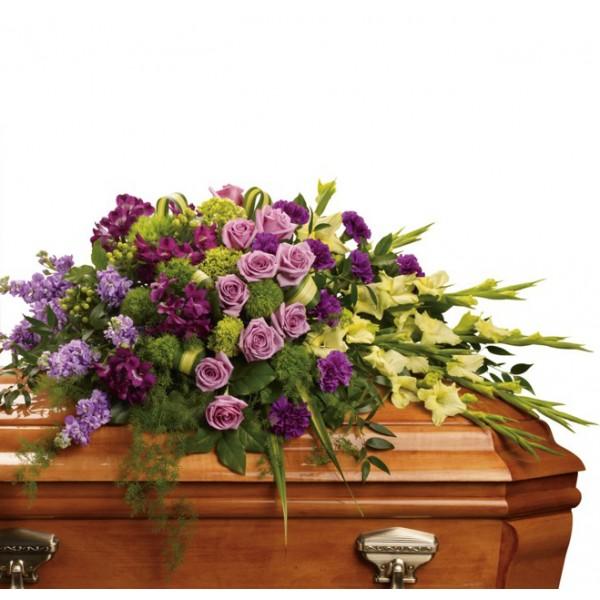 Траурна аранжировка от цветя в лилава гама