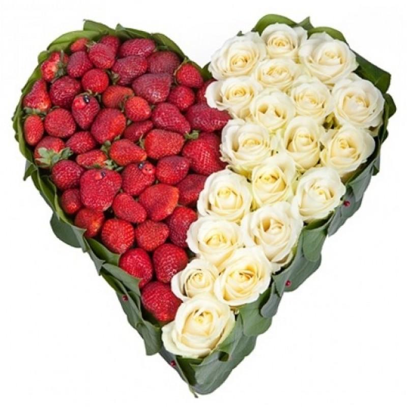 Сърце от 19 Бели Рози и Ягоди